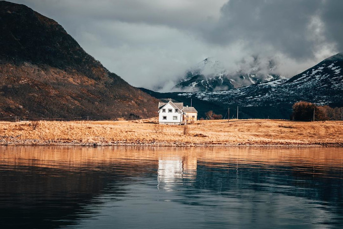 krajobraz Norwegii - dom, morze, góry